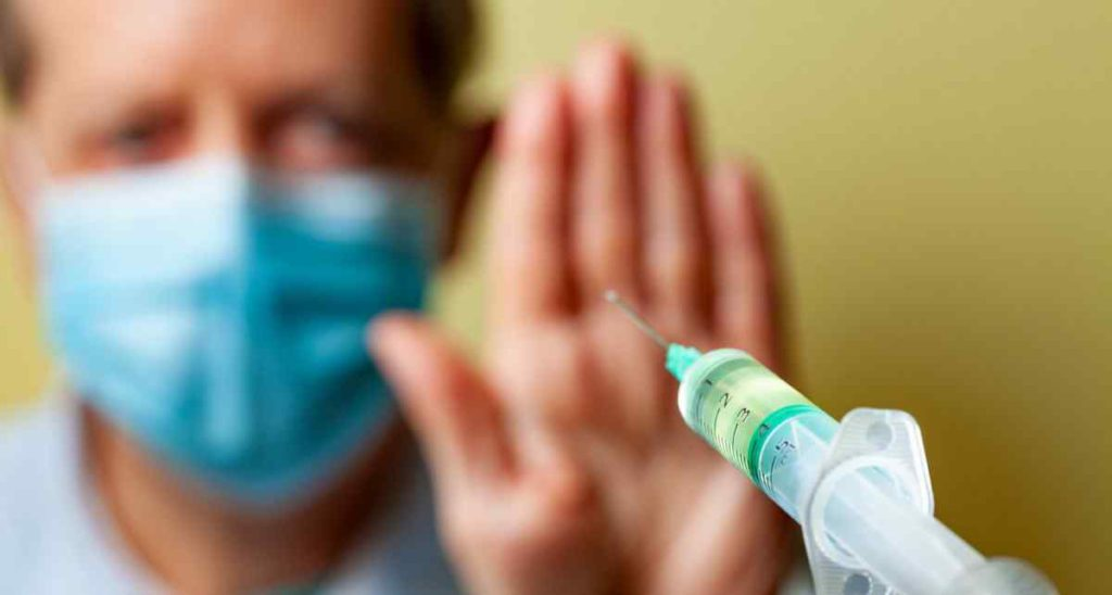 Gobiernos ofrecen sobornos para aumentar la aceptación de la vacuna COVID